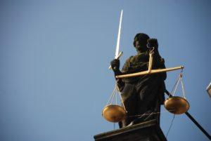 """Der Anwalt sorgt dafür, dass der Mandant vor Gericht nicht """"alleine"""" dasteht, sondern effektiv vertreten wird."""