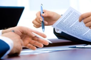 Den Auftrag an den Rechtsanwalt bezeichnet man als Mandat, den Auftraggeber als Mandanten.